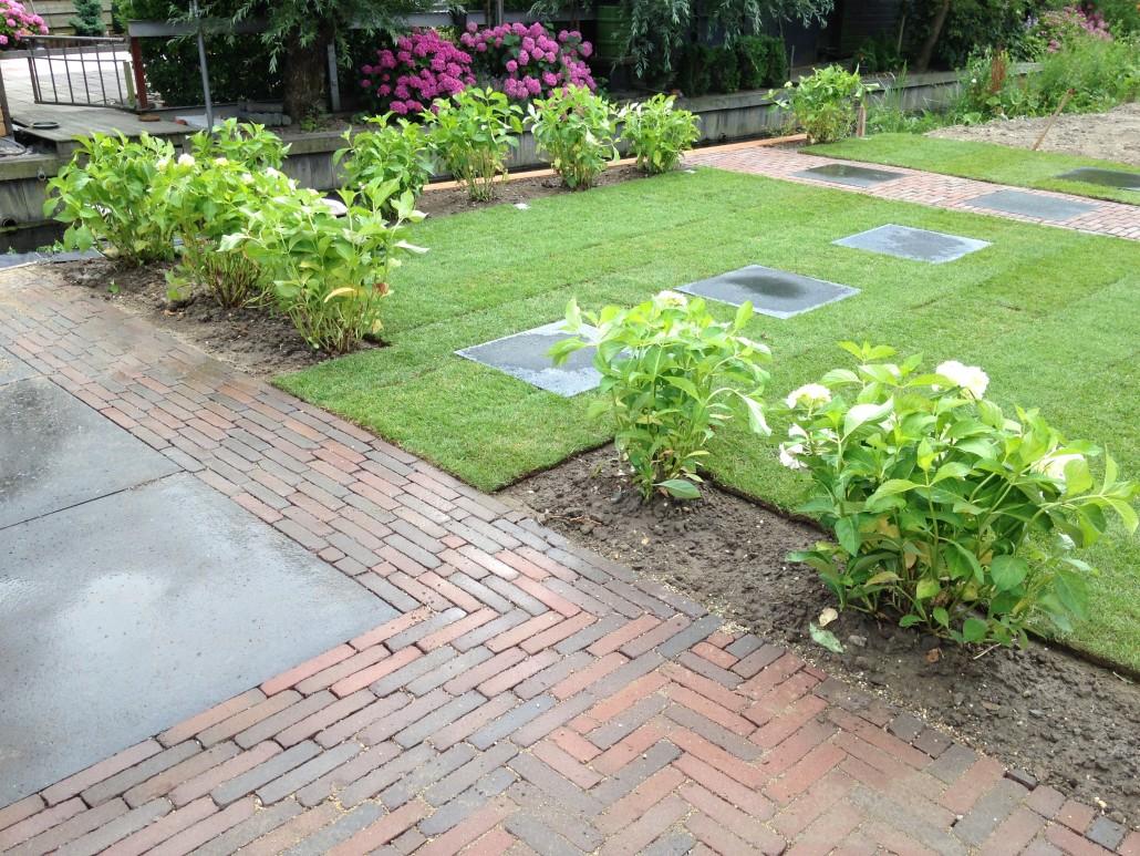Eigentijdse tuin bij nieuwbouwwoning roestgroenprojecten